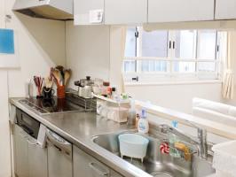 対面式キッチン。可能な限り調理や盛り付け、後片付けなど一緒に行います。