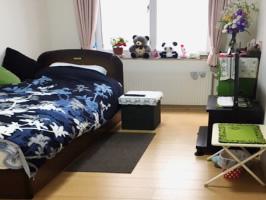 明るく清潔な居室には使い慣れた家具や寝具、手作りの小物などを持ち込むことができるので、今までの生活環境を維持し安心して過ごしていただけます。
