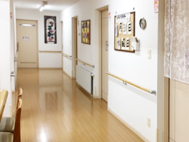 広い廊下は朝夕の廊下歩行や手すりを使っての筋力トレーニングスペースとしても活用されています。また、作品や写真の掲示コーナーでもあります。