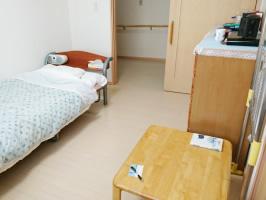 明るく清潔な居室には使い慣れた家具や寝具などを持ち込むことができるので、今までの生活環境を維持して安心して過ごしていただけます。