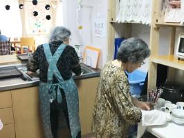 対面キッチンでIH調理器使用。入居者様も安全に調理ができます。