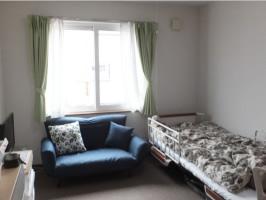 明るく清潔な居室には使い慣れた家具や寝具などを持ち込むことができるので、ご本人が居心地よく過ごせます。