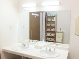 明るく清潔で広く、使い勝手のよい洗面所です。