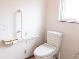 広くてきれいで明るいトイレは、バリアフリーで車椅子も入ります。